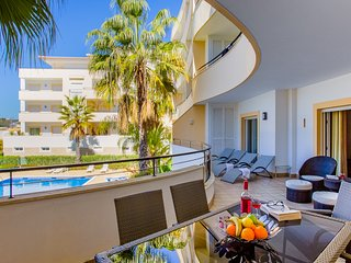 Luxurious Apartment,Huge sun balcony,close to beaches & Old Town,Pool & Gardens