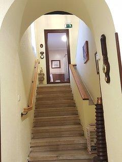 Escaleras para subir al aseo y primera planta