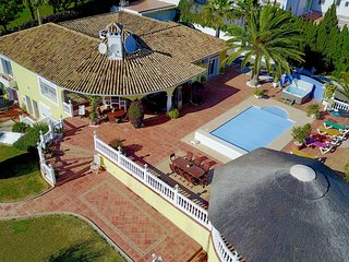 4 bedroom Villa with Pool, Air Con, WiFi and Walk to Shops - 5700539