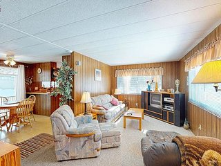 Dog-friendly cottage w/ full kitchen, deck, & firepit. Close to the beach