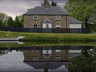Tomnahurich Bridge House - Tomnahurich Bridge House enjoys a semi-rural waterfro