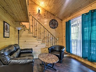Cozy Roan Mountain Cabin w/Deck, Walk to Town