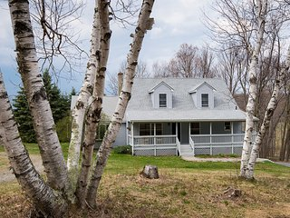 The Birches at Cascade Mountain Winery: 4 bedrooms, sleeps 10, pet friendly!