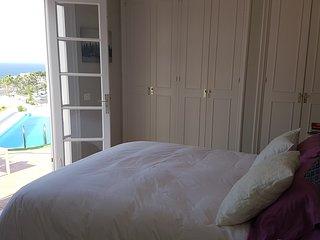 Dormitorio principal con cama 1,50cm con vistas a la terraza z a la piscina