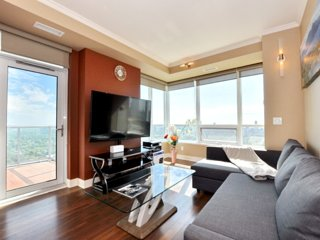 Gorgeous 2 Bedroom Condo with Free Parking / City & Lake View