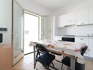 Broom  apartment in Pescoluse with shared garden & balcony.