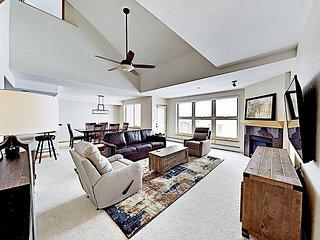 Lake-View Penthouse w/ Fireplace, Balcony & Hot Tub - 11 Miles to Keystone