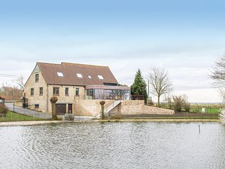 Stunning home in Lo-Reninge w/ Jacuzzi, WiFi and 6 Bedrooms