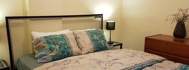 REINE BED DANS LA 1 ° CHAMBRE.