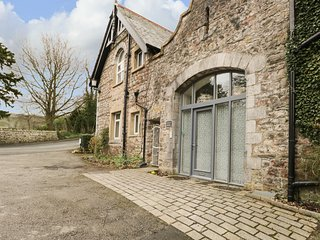 THE COACH HOUSE, WiFi, parking, former stable, in Arnside Ref 972449