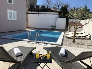 1 bedroom Villa with Pool, Air Con, WiFi and Walk to Shops - 5688511