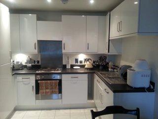 2 bedroom, 3 real bed apartment, private parking, near train 20min London Bridge