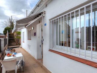 2 bedroom Villa with WiFi and Walk to Beach & Shops - 5770520