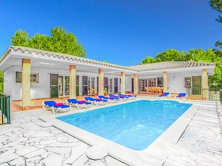4 bedroom Villa with Pool, WiFi and Walk to Beach & Shops - 5334767