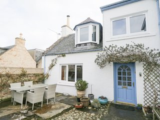 CANTIE COTTAGE, open fire, WiFi, coastal location, in Nairn, Ref 943373