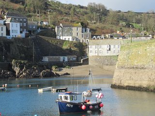 No.19 - fabulous 2 bed cottage - outstanding harbour views & parking