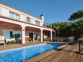 4 bedroom Villa with Air Con, WiFi and Walk to Beach & Shops - 5333822