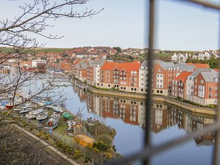 WHITBY HARBOUR RETREAT, open plan living, harbour and river views, communal