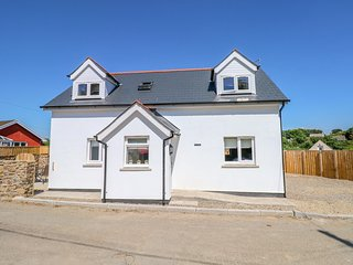 15A GROVE COTTAGE, modern interior with en-suites, in St Ishmael's