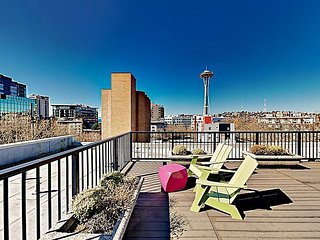 Airy Downtown Condo w/ Loft, Rooftop Deck & Balcony - Walk to Space Needle