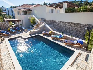 4 bedroom Villa with Pool and WiFi - 5779392