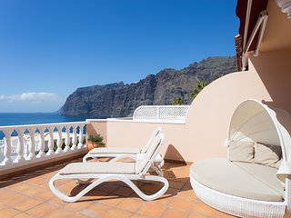 37 FIRST CLASS  SUNNY APARTMENT WITH STUNNING SEA & CLIFF VIEWS, FREE WIFI & SKY