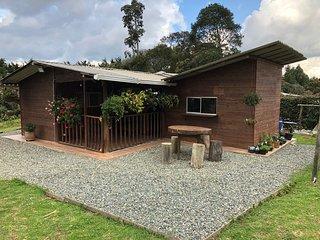 Santa Elena private cabin next to natural preserve; Cabaña El Rocio