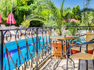 8277Gorgeous Suite Overlooking Garden With Pool