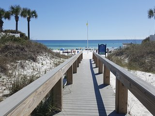 Sunset on the Beach, 2 Bedroom, sleeps 6, 150 yd from the Beach
