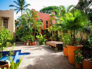 Casa Sarah - Shared pool, 8 min walk through town to the beach! - San Panco