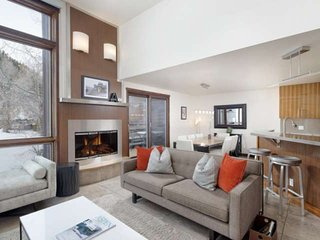 Luxury Aspen Retreat - Walk to Dining/Shops, 2 Balconies, Hot Tub & Outdoor Pool