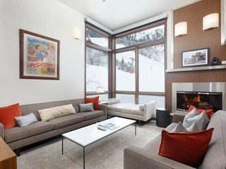 Luxury Aspen Retreat. 2 Private Balconies, Views, Gas FP, Ski-In/Out, Garage Par