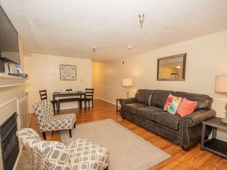 Newly Remodeled 2 BR Condo, Great Location, Indoor Pool, 0.4 mile walk to downto