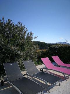 Au bord de la piscine, vous pourrez vous détendre...