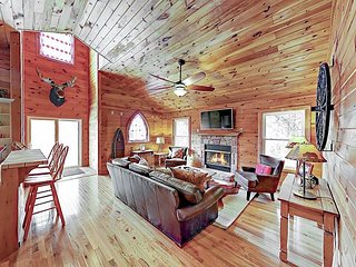 2BR 'Foxfire Lodge' w/ Hot Tub & Game  Room