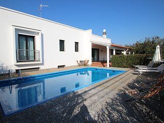 Beautiful 3 bed, 2 bath Apartment with PRIVATE pool, walking distance to town