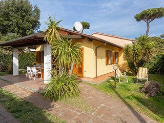 2 bedroom Villa with WiFi and Walk to Beach & Shops - 5765882