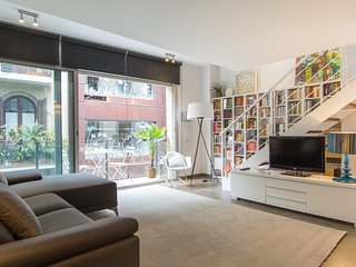 cozy duplex apartment with pool in a quite street next to Paseo de Gracia