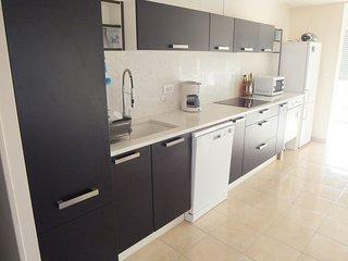 cuisine, lave vaisselle four pyrolyse, micro-ondes,  réfrigérateur et congélateur 3 tiroirs, plaque