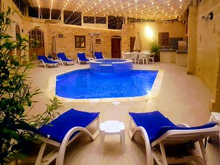 4 Bedroom Villa with heated (Winter) Pool & Jacuzzi