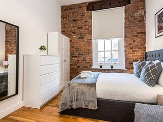 Design-led Apt. with Exposed Brick in City Centre