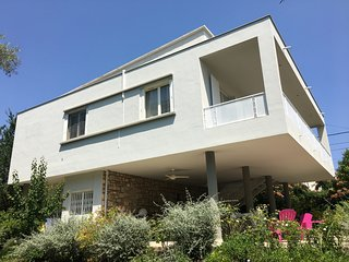 Architecte summer house, two floors and garden in residential area