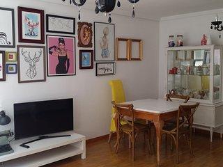 apartamento de cuatro habitaciones, amplio salón y cocina. Idoneo familias.