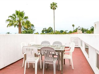 Spacious Shoreline 8BR w/ Hot Tub, Rooftop Deck & Ocean View - Walk to Beach