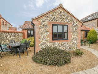 THE MANNINGTON, all ground floor, close to coast, use of swimming pool, Cromer