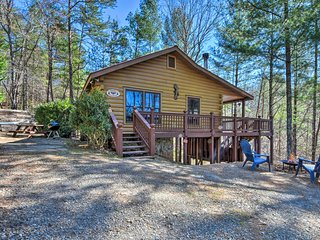 Pet-Friendly Ellijay Cabin w/Hot Tub in Ntl Forest