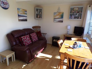 Cosy Cabin in Heacham, near Hunstanton, 400 yards from beach