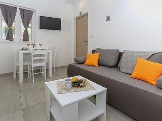 Okrug Gornji / Liveli Apartment Sleeps 4 with Pool and Air Con - 5781119