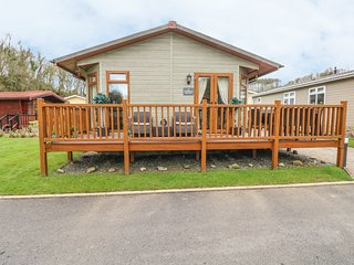 HEDDWCH, family-friendly, detached lodge, WiFi, close to beaches, Stepaside