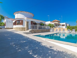 Stunning Villa with Private Pool, 3 mins walk to beach! (new to rental market)